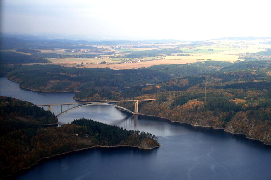 """Žďákovský most from air 1"" od Karelj – Vlastní dílo. Licencováno pod Public domain via Wikimedia Commons"